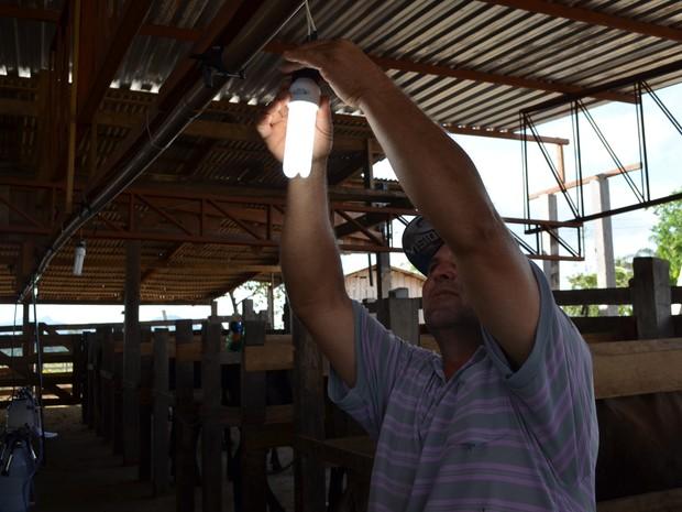 Com as quedas de energia no município do Cantá, luzes queimam com frequencia (Foto: Vanessa Lima/G1)