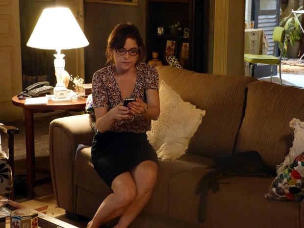 Ela não perde tempo e pega telefone de Cristina para telefonar (Foto: Império / TV Globo)