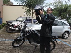 Dispositivo impede que motociclistas só saiam com capacete e cinta jugular (Foto: Juliana Gomes/G1)