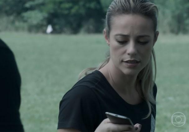 """Outro momento em que é possível ver a parte de baixo do celular de Jeiza virado para cima em """"A Força do Querer"""" (Foto: Reprodução/TV Globo)"""