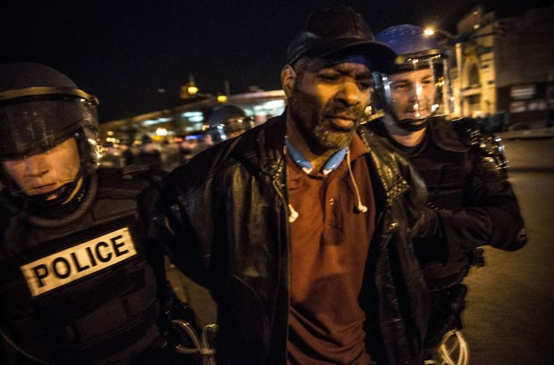 Manifestante é detido durante protesto em Baltimore por não cumprir toque de recolher nesta sexta-feira (1º) (Foto: Andrew Burton/Getty Images/AFP )