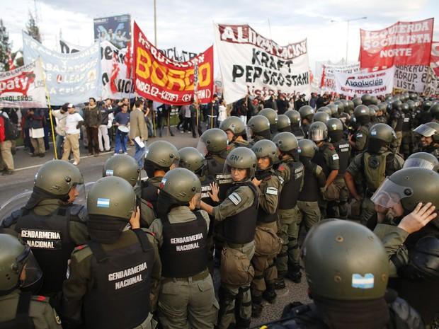 Polícia faz barreira contra manifestantes em Buenos Aires no dia de greve geral na Argentina (Foto: Victor R. Caivano/AP)