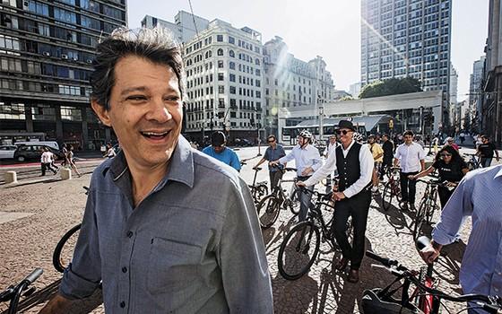 PEDALA Fernando Haddad, num evento  com ciclistas.  Com dinheiro em caixa, ele quer fazer mais do  que pintar faixas (Foto: Eduardo Knapp/Folhapress)