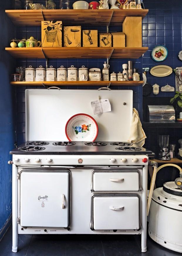 Fogão da cozinha conseguido em um garimpo (Foto: Lufe Gomes / Editora Globo)