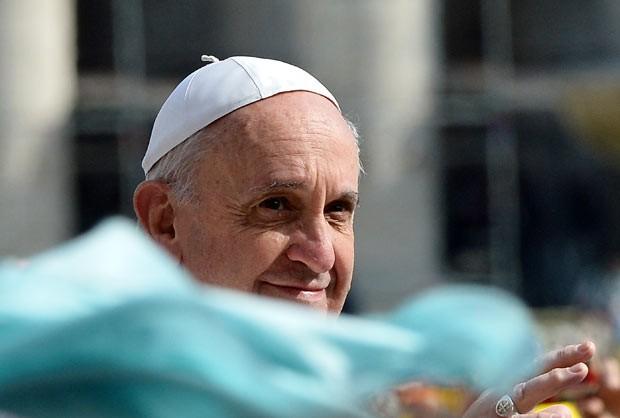 O Papa Francisco saúda os fiéis nesta quarta-feira (17) na Praça de São Pedro, no Vaticano (Foto: AFP)