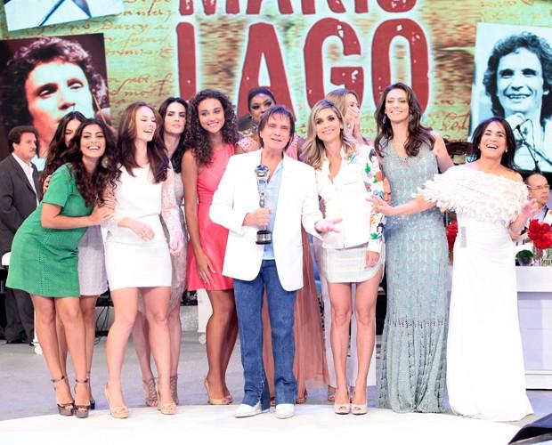 Premiado, Roberto Carlos posa com as atrizes convidadas (Foto: Domingão do Faustão/ TV Globo)