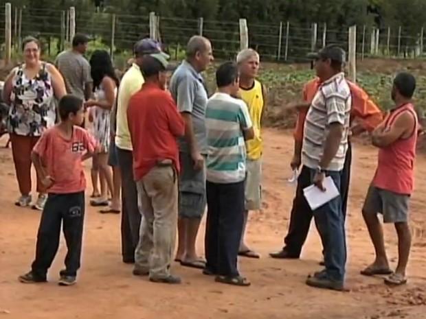 Moradores tem perder investimento feito no loteamento (Foto: Reprodução/ TV TEM)