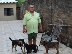 Aposentado João Coladello vai dormir mais cedo para não ver sofrimento de seus cães (Foto: Wellington Roberto/G1)
