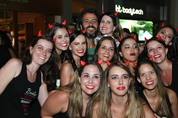 Marcos Palmeira posa com fãs em despedida de solteira (Foto: Roberto Filho/Brazil News)