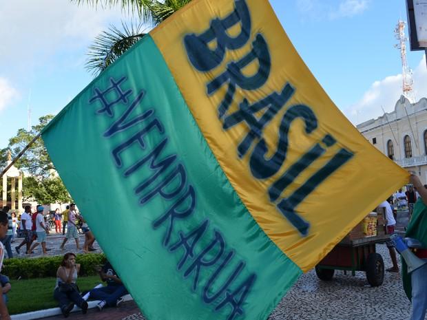 Bandeira gigante chama mais gente para participar de manifestação (Foto: Flávio Antunes/G1)