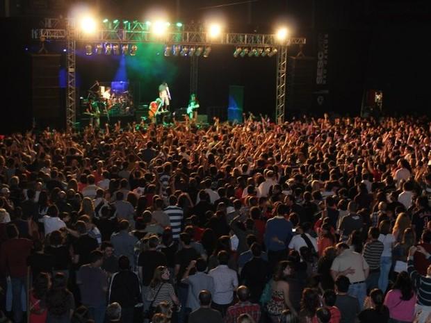 Cerca de 2.800 pessoas lotaram o Ginásio de Eventos do Sesc para ver a banda (Foto: Caliandra Segnini/G1)
