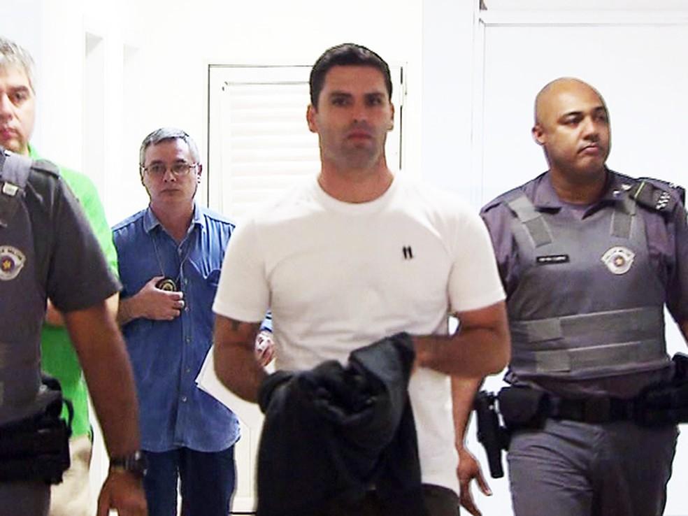 Thiago Batista de Barros se apresentou à Justiça e foi preso (Foto: Reprodução/TV Tribuna)