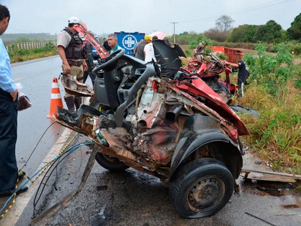 Carro parte ao meio em acidente em Vitória da Conquista (Foto: Anderson Oliveira | Blog do Anderson)