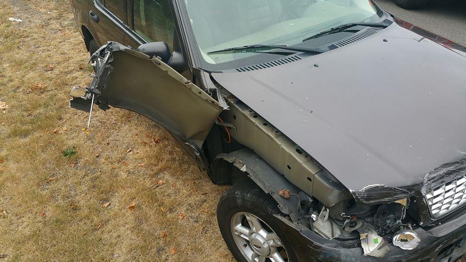SUV ficou danificada (Foto: Facebook)