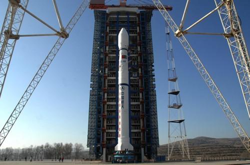 Imagem divulgada pelo Inpe mostra o foguete Longa Marcha 4B pronto para ser lançado na China. Satélite sino-brasileiro Cbers-3 será levado ao espaço pelo veículo (Foto: Divulgação/Inpe)