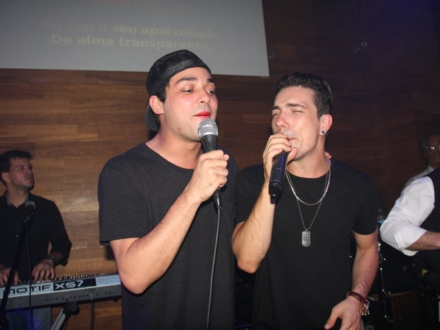 Eduardo Sterblitch e Di Ferrero cantam em boate na Zona Sul do Rio (Foto: Anderson Borde/ Ag. News)