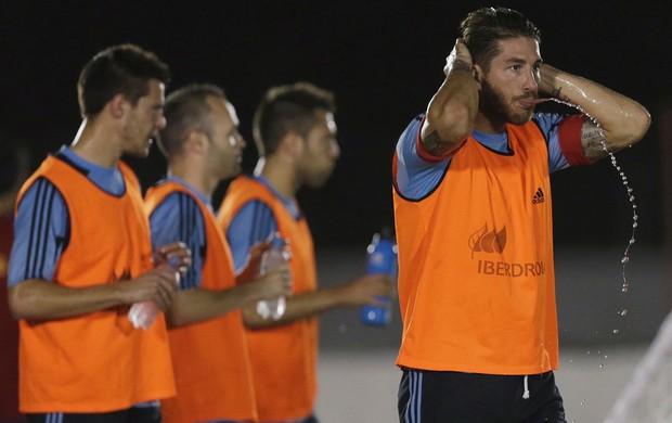 Copa das Confederações Calor - Sergio Ramos espanha se hidrata (Foto: Reuters)
