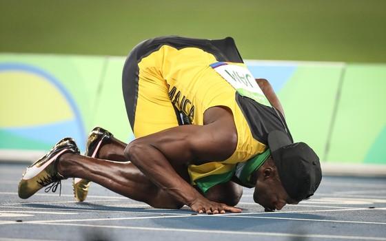 Usain Bolt beija a pista do Engenhão, após ganhar o revezamento 4x100m na Olimpíada do Rio (Foto: Ricardo Nogueira/ÉPOCA)