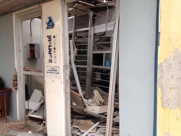 Assaltantes usaram explosivos para abrir um caixa eletrônico em Lindolfo Collor (Foto: Josmar Leite/RBS TV)