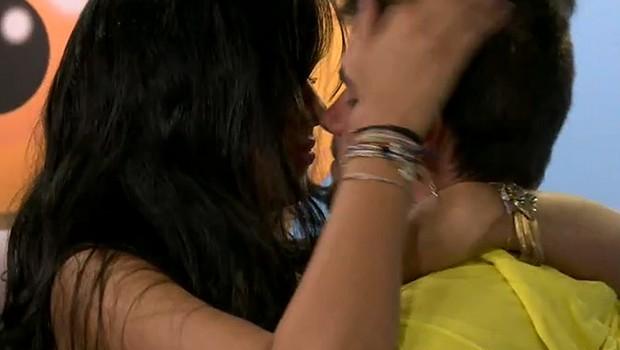 Talita e Rafael se beijam fora da casa (Foto: Big Brother Brasil)