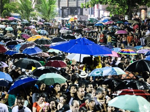 Público aguardava show de Ney Matogrosso embaixo de chuva (Foto: Jonathan Lins/G1)