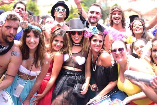 Fernanda Paes Leme e amigos em bloco de rua de São Paulo (Foto: Leo Franco/ Ag. News)