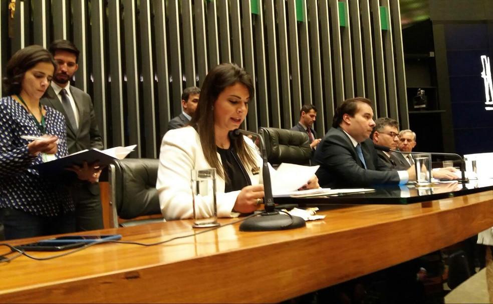 Deputada Mariana Carvalho durante a leitura da denúncia da PGR contra o presidente Michel Temer (Foto: Bernardo Caram / G1)