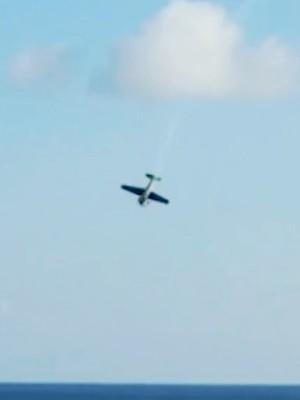 Vídeo mostra avião caindo no mar em show aéreo; piloto morreu (Reprodução)