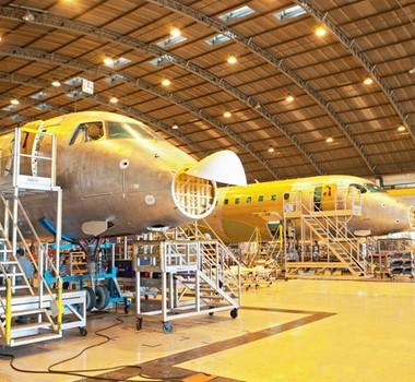 Hangar da Embraer em São José dos Campos: aviões do Brasil para o mundo (Foto: Luiz Maximiano)