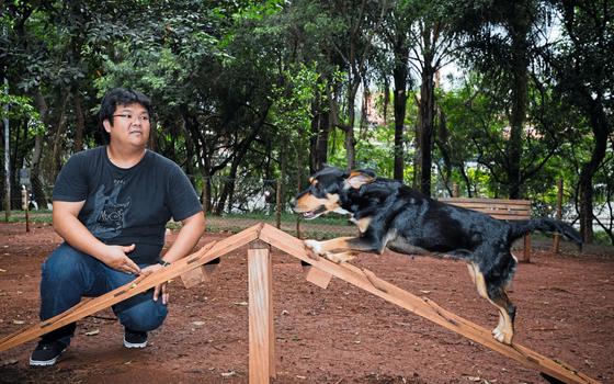 O administrador Fabio Ota e a cadela Suki.Ele passeia na rede de pet shops que já promoveu a adoção de mais de 30 mil animais (Foto:  Toni Pires/ÉPOCA)