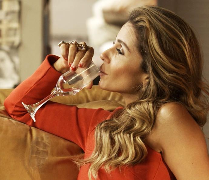 Atena aparecerá com a nova cor de unha nos próximos capítulos de 'A Regra do Jogo' (Foto: TV Globo)