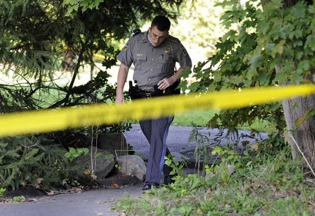 Policial se afasta de cena onde Tyler morreu (Foto: AP)