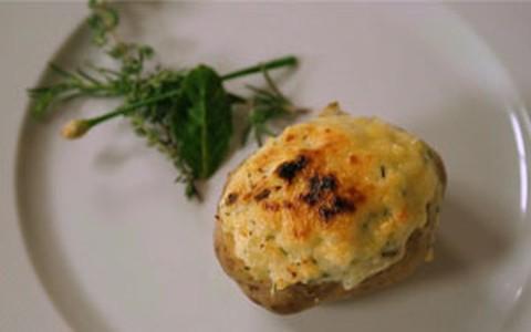 Batata recheada com bacalhau: receita de Claude Troisgros e Flávia Quaresma