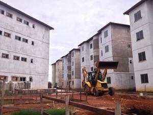 Conjunto habitacional do Congós está paralisado desde janeiro, segundo trabalhadores (Foto: Abinoan Santiago/G1)