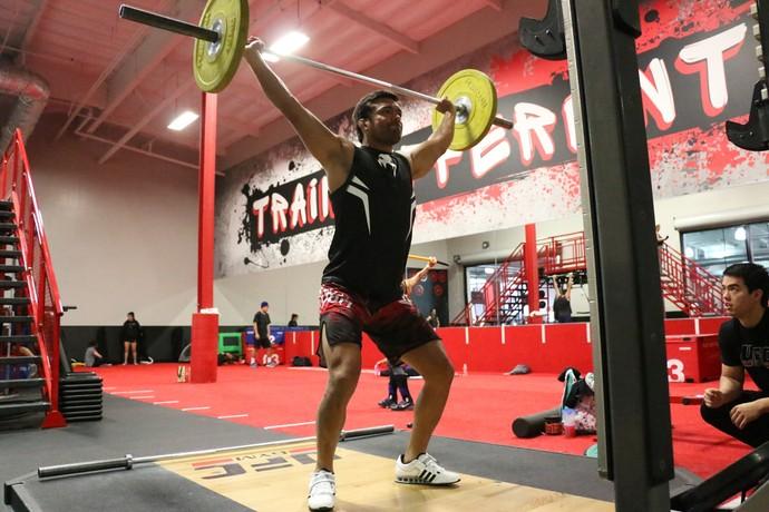 Lyoto Machida faz treino de levantamento olímpico em Los Angeles (Foto: Evelyn Rodrigues)