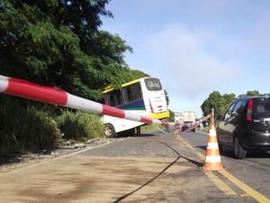 Ônibus também foi parar na lateral da pista após acidente em Itaperuna, RJ (Foto: Renato Freitas/Blog Adilson Ribeiro)