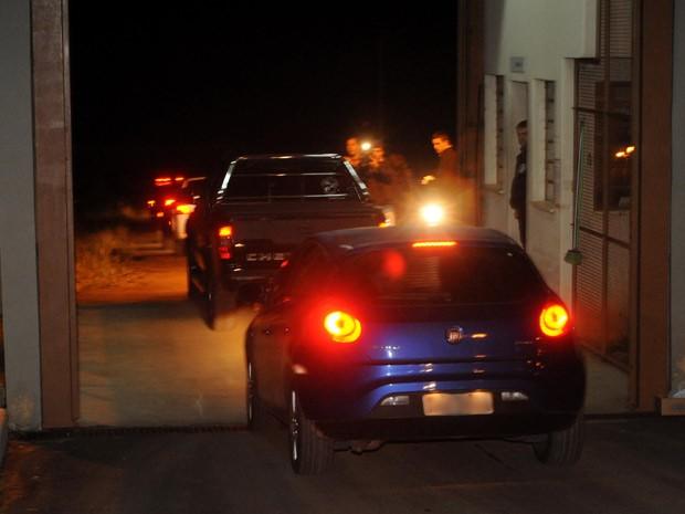 Carros com acusados deixam a Penitenciária Estadual de Santa Maria (Foto: Fernando Ramos/Agência RBS)