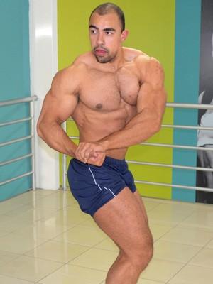 Allan exibe os músculos que demorou anos para conquistar (Foto: Tiago Campos / G1)