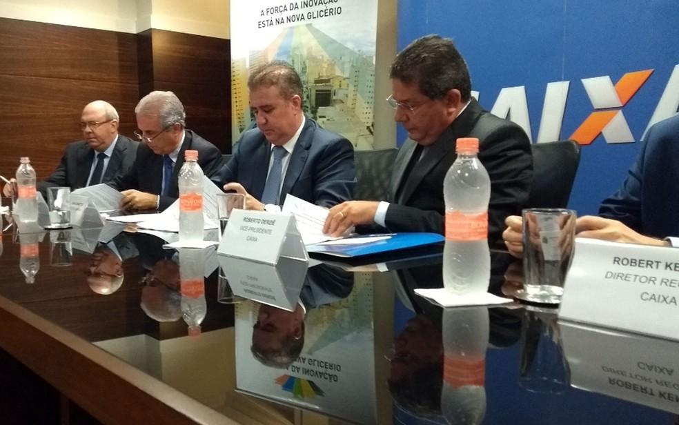 O prefeito Jonas Donizette, ao centro, assina convênio com a Caixa Econômica Federal (Foto: Luciano Calafiori/G1)