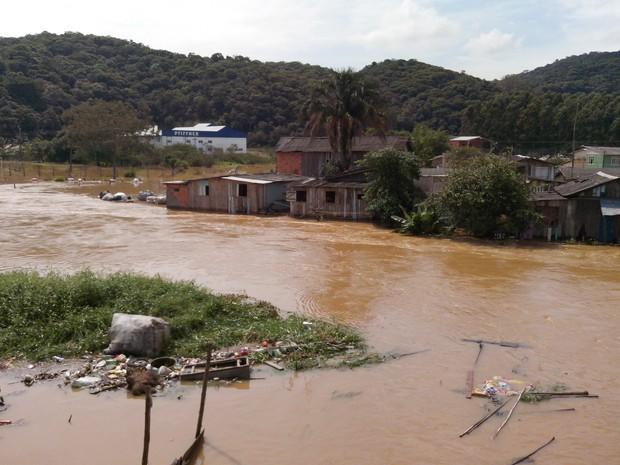 No início da tarde desta quinta-feira, três bairros ainda estavam alagados (Foto: Luiz Carlos de Souza/RBS TV)