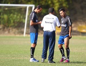 Barcos e Vargas conversam com Luxa em treino do Grêmio (Foto: Lucas Uebel / Grêmio FBPA)