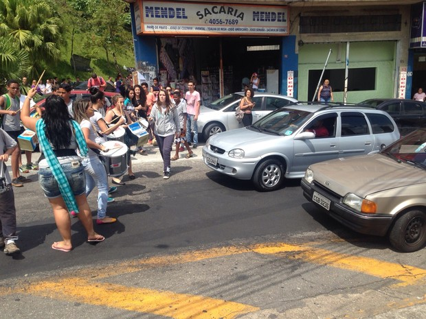 Alunos bloqueiam rua da Escola Estadual Diadema, no ABC (Foto: Glauco Araújo/G1)