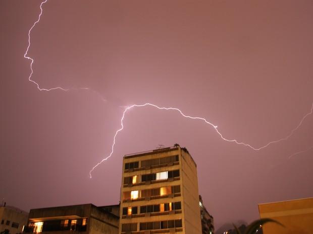 Raios no céu da Tijuca durante temporal desta terça-feira (15) (Foto: Marcos Teixeira Estrella/TV Globo)