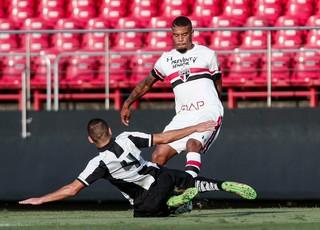 Lateral-esquerdo Júnior, do time sub-20, pode subir para o profissional do São Paulo (Foto: Miguel Schincariol)