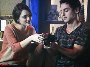 Caio explica a Giane detalhes da câmera (Foto: Sangue Bom/TV Globo)