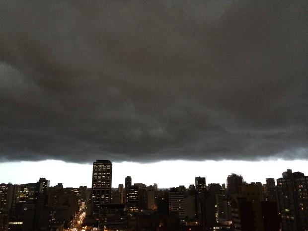 Nuvem negra anuncia o início da chuva em Curitiba (Foto: Karolyne Ongaro Gonçalves/Arquivo Pessoal)