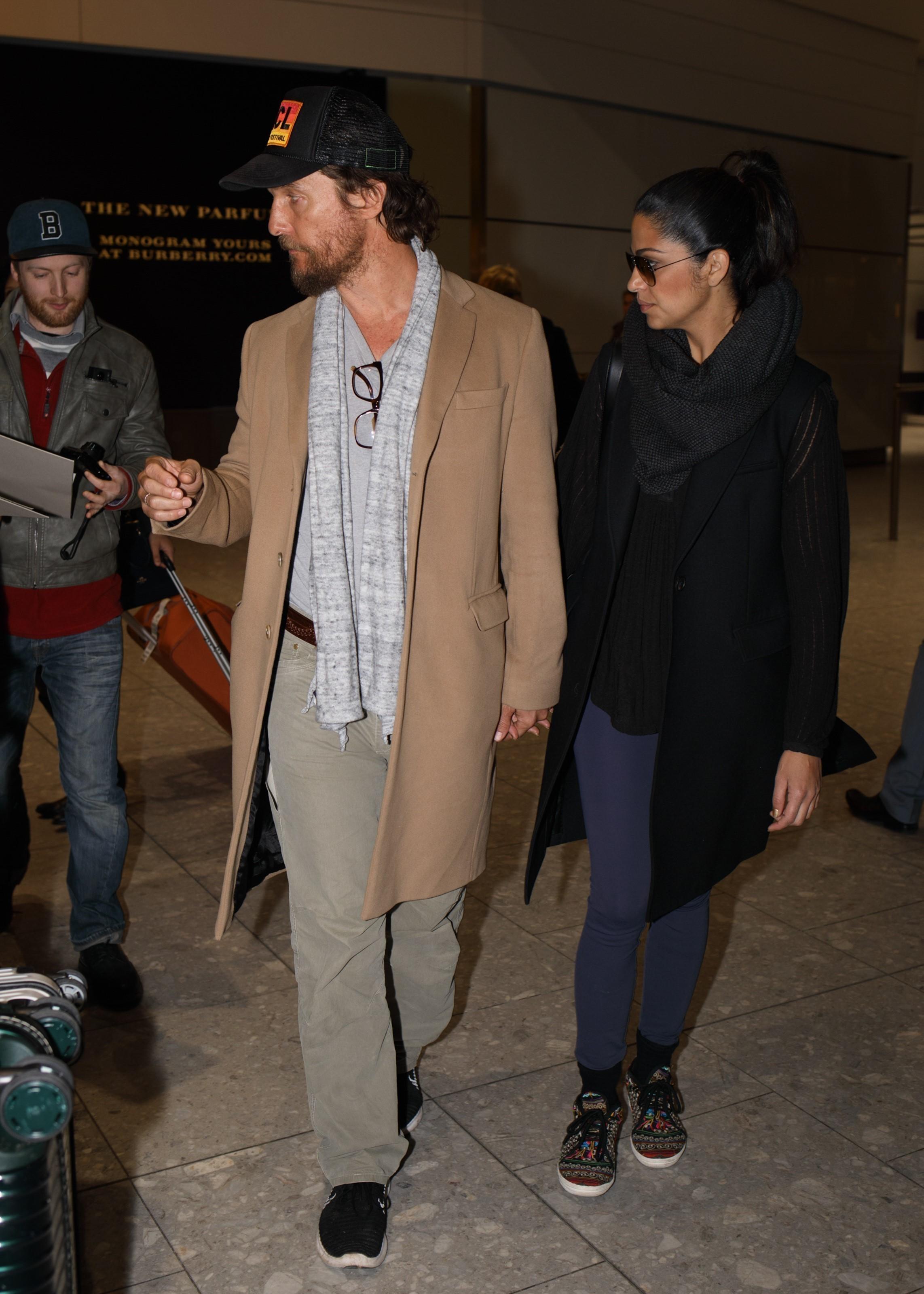 Matthew McConaughey exagera na combinação entre casual e sobretudo (Foto: AKM-GSI)