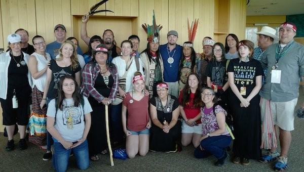 Leonardo DiCaprio ao lado de tribos indígenas em manifestação contra as políticas ambientais de Donald Trump (Foto: Twitter)