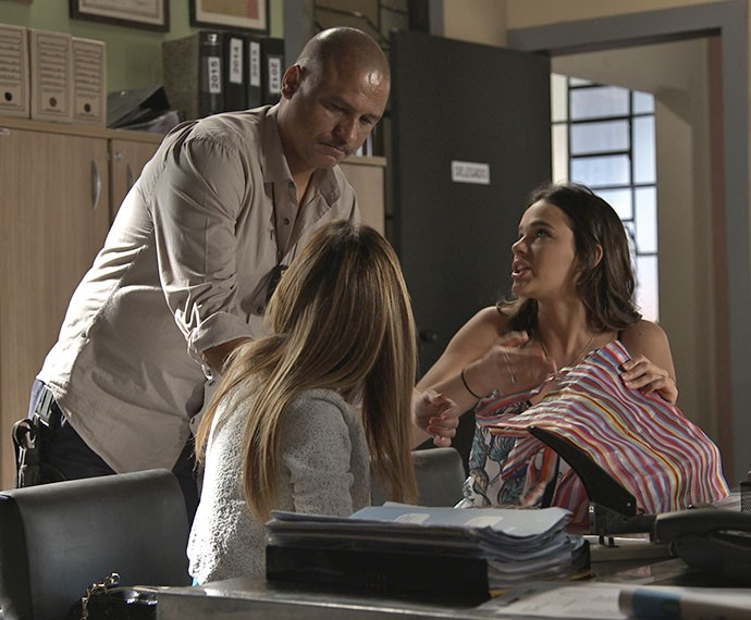 Danda e Mari são presas por desacato (Foto: TV Globo)