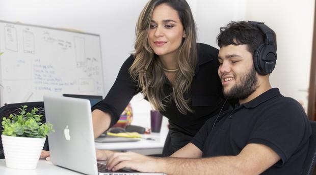 Paula Pedroza e Lucas Tito, consultor de acessibilidade da Audima (Foto: Divulgação)